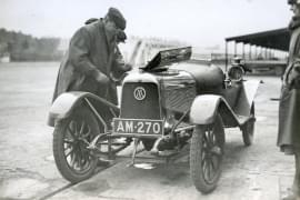 Основателят на Aston Martin – Лайнъл Мартин на автомобилната писта Брукландс през 1922 г.