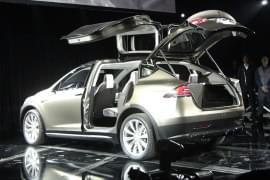 Tesla Model X с отворени задни врати